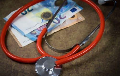stéthoscope et billets de banque sur une table pour illustrer de l'importance d'une mutuelle senior