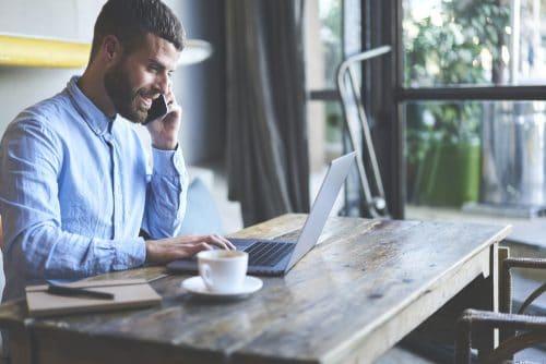 Propriétaire masculin d'une entreprise qui a ouvert son compte bancaire pro en ligne de manière très simple et qui peut maintenant payer ses factures et faire des virements très facilement en entreprise.