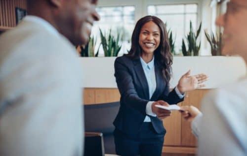Jeune concierge d'entreprise qui accueille ses clients