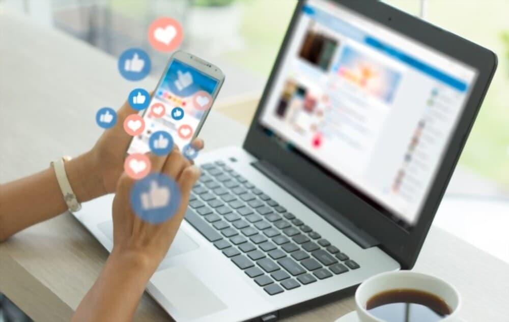 Jeune femme entrepreneuse utilisant un smartphone qui utile les réseaux sociaux pour booster son entreprise