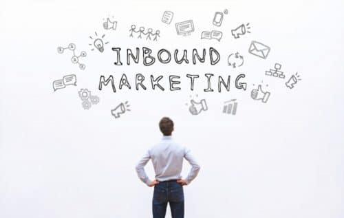 inbound marketing, concept de marketing entrant, homme devant une infographie qui s'interroge