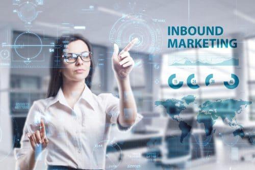 Inbound marketing : qu'est ce que l'inbound marketing ? Image représentant une femme touchant un écran futuriste avec des outils d'inbound marketing