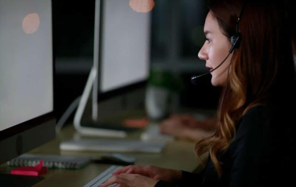 Concierge d'entreprise femme qui prend appel urgent d'un client