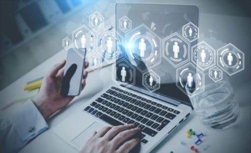 outils pour créer vos personas - homme tapant sur son ordinateur entrain de créer des personas avec des outils en lignes