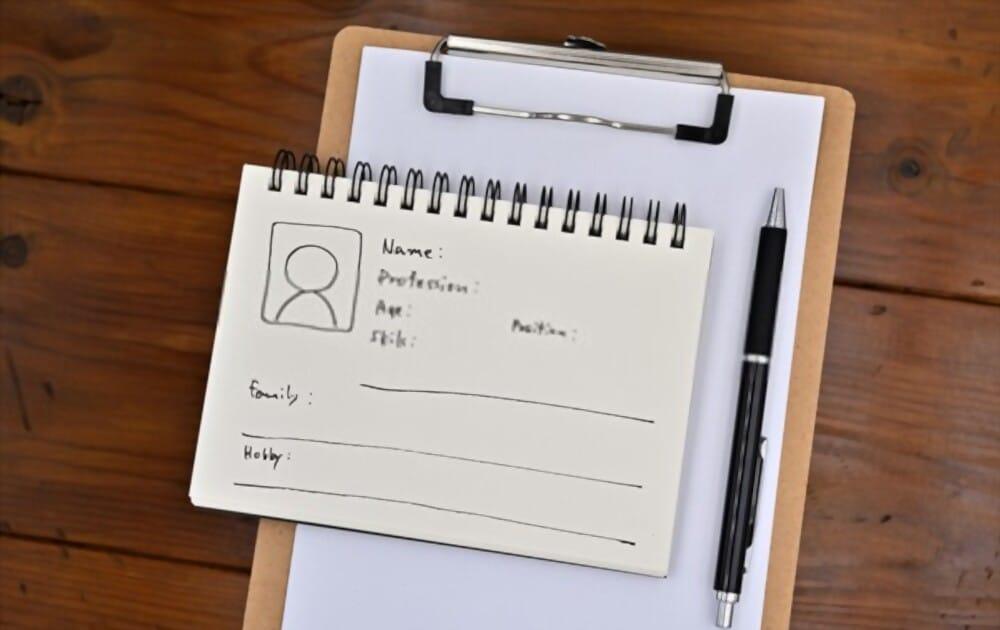 comment créer des personas ? Une note avec le personnage de l'utilisateur y est placée sur un presse-papiers, ainsi qu'un stylo.