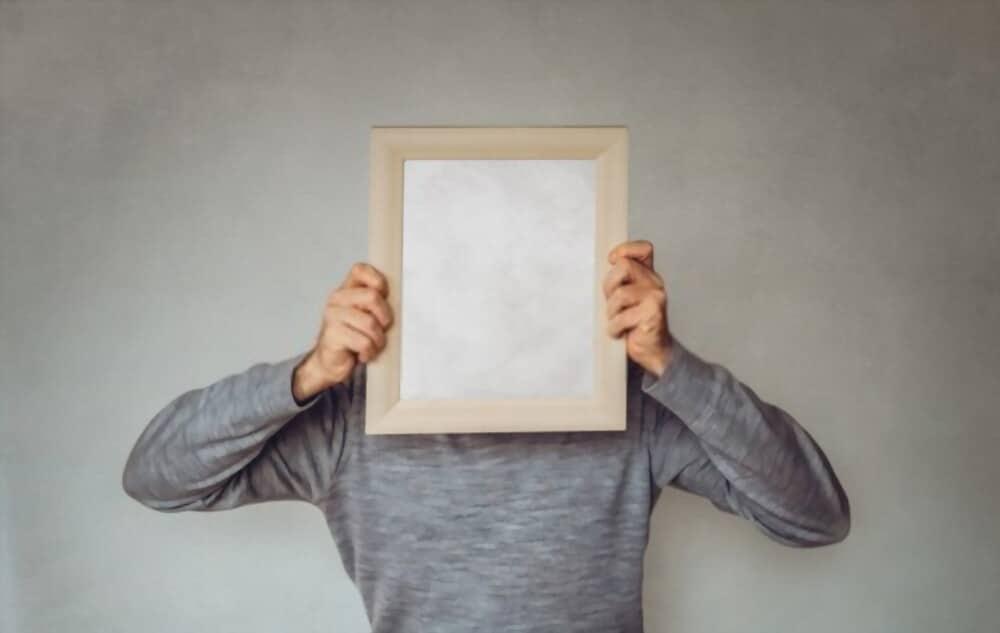A quoi servent les personas ? L'homme d'affaires cache son visage avec une image - Concept pour le marketing, détermination du public cible, personnage acheteur