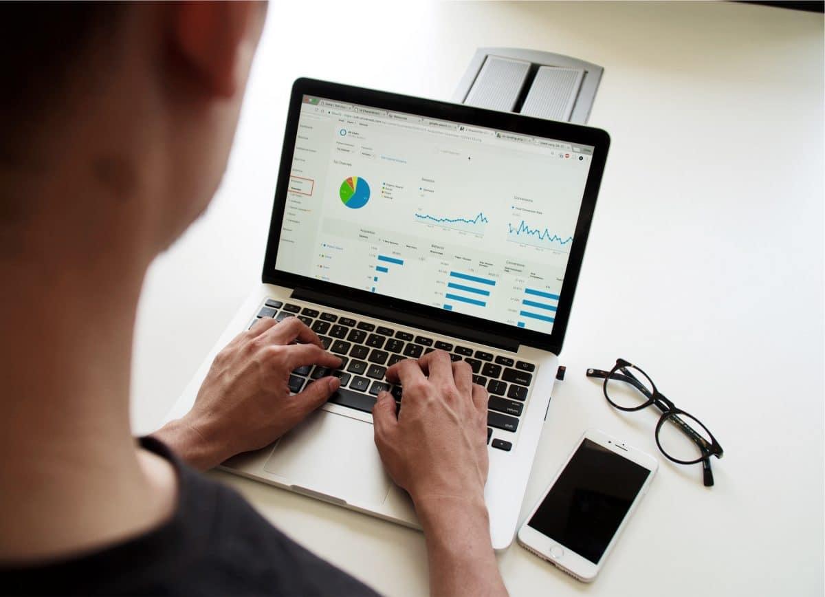 seo search engine optimization dashboard analitycs sur un écran d'ordinateur portable