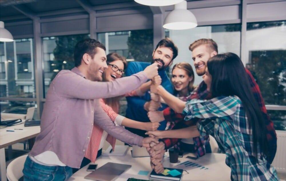 illustration pour organiser le meilleur team building montrant une équipe de travail jeune qui font une colonne avec leurs poings l'un en dessus de l'autres