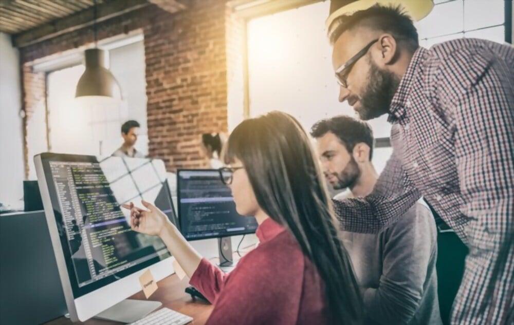 Personnel d'un agence web entrain de travailler sur le projet d'un client