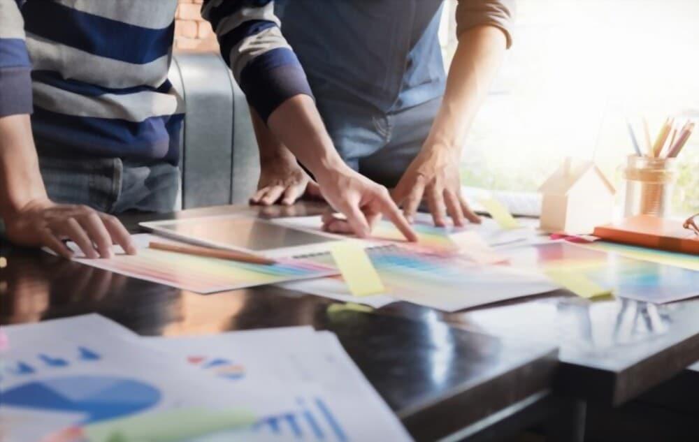 deux personnes faisant un brainstorming pour bien identifier les besoins du client d'une agence web